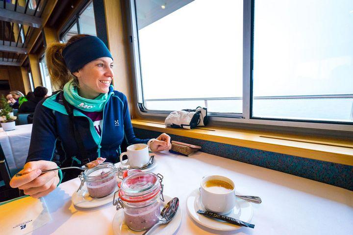 Gemütliches Frühstücken auf dem Schiff