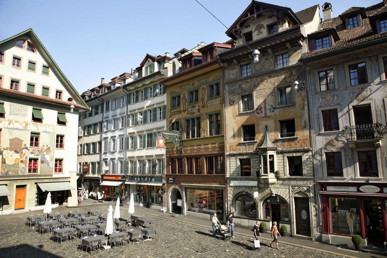 Pittoresques places de la vieille ville