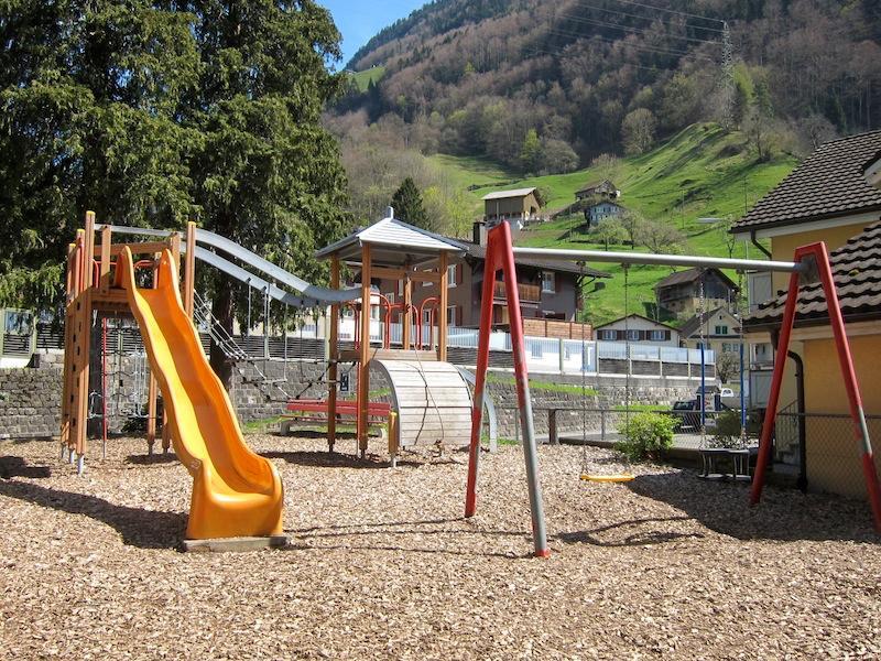 Spielplatz Sisikon beim Schulhaus